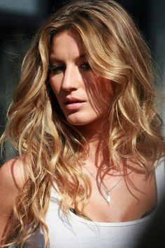 Gisele Bundchen | Blonde wavy supermodel hair
