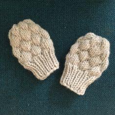 Strikkede luffer til en lille baby – med opskrift | Woonit Knitting For Kids, Baby Knitting Patterns, Baby Barn, Diy Baby Gifts, Knit Crochet, Garnet, Children, Crafts, Gloves