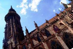 Als architektonisches Meisterwerk der Gotik bekannt, zieht das Freiburger Münster auch heute noch Touristen aus aller Welt an. Besonders der 116m hohe Turm, den du für nur € 2 (Erwachsene) bzw. € 1,50 (Studenten) oder € 1 (Kinder bis 14J.) erklimmen kannst sowie die original erhaltenen Glasfenster, die vor dem Bombenangriff des Zweiten Weltkrieges in Sicherheit gebracht wurden, sind einen zweiten Blick wert. Wenn du mehr über das Münster erfahren willst, kannst du auch an einer der täglich…