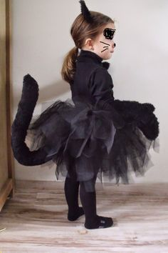 Black cat costume - celine - - Costume chat noir Very simple tutorial to make a black cat costume for a little girl for Halloween Beginner level! The tutu does not require sewing. Chat Halloween, Halloween 2019, Halloween Costumes For Kids, Halloween Party, Costume Chat Noir, Karneval Diy, Fancy Dress, Dress Up, Black Cat Costumes