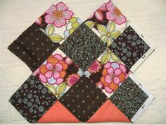 This patchwork bag is made using charm squares and has a great shape due to the way that fabric squares are sewn together.  Сумка из квадра...