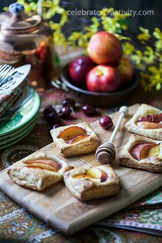 Enhance your food photography with these food styling tips. Food Styling, Mini Tart, Food Photography Styling, Amazing Photography, Photography Backdrops, Photography Ideas, Quick Recipes, Paleo Recipes, Food Art