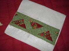 Toalha de lavabo com aplicação de patchwork. R$ 10,00