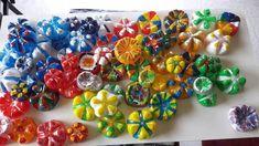 Blumen-Kunstwerk aus PET-Flaschen-Böden - einfacher als das Ergebnis vermuten lässt! Flower Artwork, Pet Bottle, Class Projects, Blog, Flowers, Material, Christmas, Diy Art, Craft Tutorials