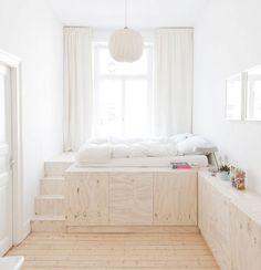 Chambre bois / blanc  où se vider de tout, où devenir fou, tout recommencer.