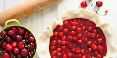 È quasi tempo di spegnere il forno, ma non prima di aver preparato una deliziosa crostata di ciliegie! Preferite quella della nonna o quella in stile cherry pie?