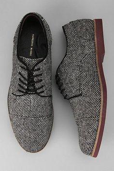Zapatos con personalidad. Acabado en textil en blanco y negro. Repineado por www.regalos-up.com #MensFashionClassy