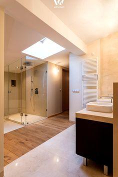 Die optische Trennung zwischen Dusche und Waschbecken machen diese Badgestaltung interessant