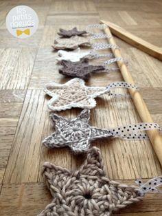 Etoiles de noel crochet | Déco noel originale | www.les-petits-noeuds.fr [Inspirations Mondial Tissus] Des jolies étoiles de Noël à réaliser soi-même au crochet. A accrocher avec un bout de ruban, c'est simple et si élégant.