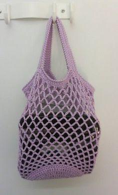 Tehtävien käsitöiden jonotuslistalla oli jo pitkään Super Self Pouching String Bag ( pdf ), virkattu verkkokassi, jonka saa sullott... Free Crochet, Knit Crochet, Diy Crafts For School, Crochet Purses, Crochet Bags, Knitted Slippers, Market Bag, Crochet Patterns, Hello Kitty