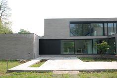 Knappe gevelsteen en raampartijen. Door CAAN architecten.