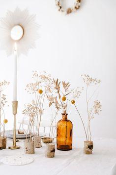 Noël en toute simplicité avec des carafes recyclées et fleurs séchées. #DécoNoël
