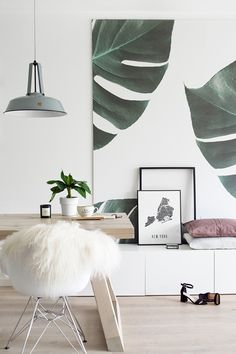 Mad for monstera leaves? This photo wallpaper design captures the beauty of these jungle leaves, transforming your home into a tropical paradise! Styled by Tanja van Hoogdalem, we love the use of our wallpaper on a large canvas.