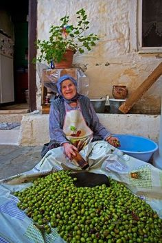 Olives - Yesilyurt, Canakkale, Ida Mountains, in the Northern Aegean region of Turkey Cultures Du Monde, World Cultures, People Around The World, Around The Worlds, Turkey Culture, Turkish People, Photo D Art, Working Woman, Working People