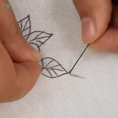 Hand Embroidery Patterns Flowers, Basic Embroidery Stitches, Hand Embroidery Videos, Embroidery Stitches Tutorial, Flower Embroidery Designs, Creative Embroidery, Sewing Stitches, Beaded Embroidery, Crewel Embroidery