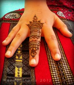 I wouldnt do this on the middle finger, but maybe the ring or the index. Mehndi Tattoo, Henna Tattoo Designs, Henna Mehndi, Mehendi, Beautiful Henna Designs, Simple Mehndi Designs, Beautiful Tattoos, Finger Tattoos, Body Art Tattoos