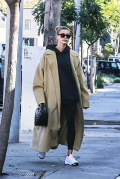 What coat do stars choose for winter Mode Streetwear, Streetwear Fashion, Minimal Fashion, Urban Fashion, Fall Fashion Outfits, Winter Outfits, Hailey Baldwin Style, Trench Coat Outfit, Queen Fashion