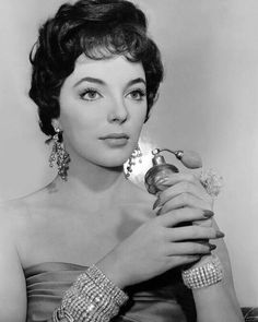 Hollywood Fashion, Hollywood Stars, Classic Hollywood, Dame Joan Collins, Jackie Collins, Sophia Loren Images, Old Hollywood Actresses, Dramatic Arts, Modern Pictures