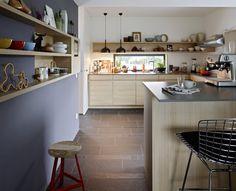 En Allemagne une maison contemporaine eco-friendly - PLANETE DECO a homes world Cozy Apartment, Apartment Kitchen, Home Decor Kitchen, Kitchen Interior, Home Kitchens, Interior Design Layout, Küchen Design, Wooden Kitchen, Kitchen Dining
