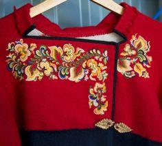 jpg Recently sold at an auction in Norway Folk Fashion, Retro Fashion, Folk Costume, Costumes, Norwegian Clothing, Norwegian Vikings, Norwegian Style, Fabric Embellishment, Scandinavian Folk Art
