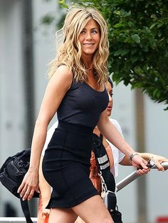 Jenn turns the New York City streets into a catwalk as shooting continues on the set of her new film, The Bounty Hunter 2009.