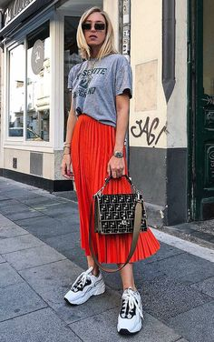 Astonishing Sneaker Outfits Ideas To Make Your Look Sneaker Outfits, Sneakers Outfit Summer, Skirt And Sneakers, Sneakers Street Style, Sneakers Looks, Sneakers Fashion Outfits, Mode Outfits, Stylish Outfits, Dad Sneakers