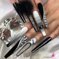 Very femine manicure, the color is gentle and the diamond glow makes it very luxurious. Source In the sea of ideas for decorating and upgrading Bling Acrylic Nails, Best Acrylic Nails, Rhinestone Nails, Rhinestone Nail Designs, Sexy Nails, Glam Nails, Bling Nails, 3d Nails, Fabulous Nails
