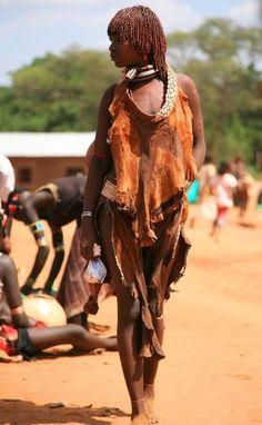 Soudan(Anuyak ou Chuli) fille dans la peau porte avec des coquillages et de perles de cowrice broder