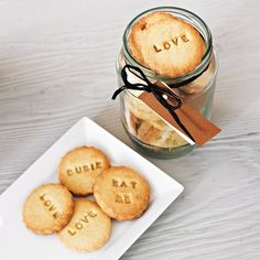 Personalised Message Biscuits - thank you gifts Christmas Makes, Christmas Ideas, Holiday Ideas, My Cup Of Tea, Food Crafts, Sugar And Spice, Confectionery, Food Presentation, Thank You Gifts
