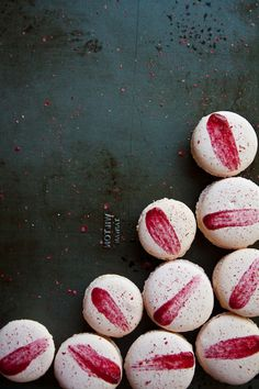 raspberry and pink peppercorn macarons . I just love the Macaron. Eat Dessert First, Dessert Bars, French Macaroons, Macaroon Recipes, Think Food, Food Design, Food Styling, Eat Cake, Food Inspiration