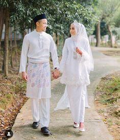 Love this dress simple ❤️ – – Beautiful Bride nur farah 😍- – Beautiful Dr… Muslimah Wedding Dress, Muslim Wedding Dresses, Hijab Bride, Muslim Brides, Wedding Hijab, Dream Wedding Dresses, Wedding Attire, Muslim Couples, Wedding Photoshoot