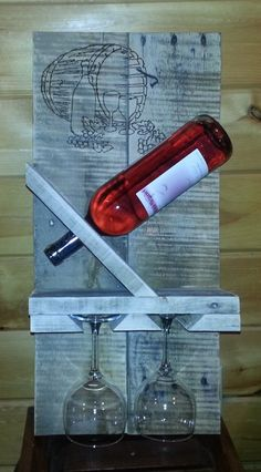 Rustic Pallet Wine Rack with Wine Glass Holder w/Wood Burning Design Diy Projects To Try, Wood Projects, Woodworking Projects, Wine Glass Holder, Bottle Holders, Pallet Crafts, Wood Crafts, Wine Caddy, Pallet Wine
