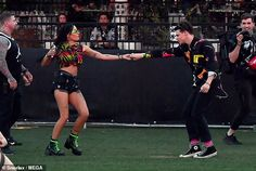 Halsey bared her toned tummy in tie dye crop top as she holds hands with Yungblud at Coachella Ghost Singer, Ghost Halsey, Rock Couple, Sabrina Claudio, Girl Struggles, Pusha T, Toned Tummy, Dominic Harrison, Outdoor Theater