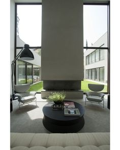 Frio combina com... lareira!  Que tal essa?  O projeto é de Roberto Migotto. -- Siga no Snapchat: ecavalcanti #architecture #arquitetura #blogdaarquitetura #decor #decoração #design #inspiração #instadecor #referencia by blogdaarquitetura