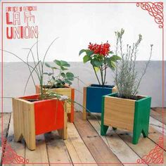 DIY pallet and wood planter box ideas don't have to be predictable. Discover the best designs that will give your deck a touch of style in DIY planter box designs, plans, ideas for vegetables and flowers Planter Box Designs, Diy Planter Box, Cedar Planters, Wooden Planters, Wood Projects, Woodworking Projects, Wooden Shipping Crates, Wood Vase, Upcycled Home Decor