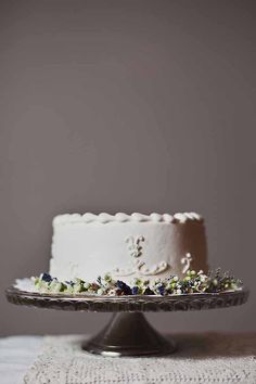 simple white cake with frosted border and flowers | Nicki Bursae Photography