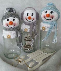Amigurumi Passo a Passo em Portugues para Iniciantes Crochet Winter, Holiday Crochet, Crochet Home, Crochet Gifts, Christmas Jars, Christmas Items, Christmas Snowman, Christmas Projects, Crochet Christmas Decorations