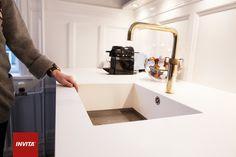 Efter anbefaling fra Invita fik Helene en robust og slidstærk rustfri stålbund i den indstøbte corian-vask.
