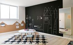 פינה אחרת במרתף הוקדשה ליצירה, עם לוח גיר גדול, שולחן מוקף כסאות ומשולשי שעם שהודבקו על הקיר בהשראת השטיח שנבחר (צילום: שירן כרמל)