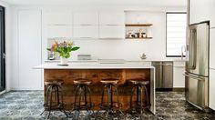 Stěny kuchyňského baru jsou obloženy recyklovaným dřevem.