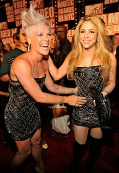 Singers-Pink-and-Shakira-in-same-dress-for-MTV-Video-Music-Awards.jpg (420×610)