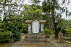 Without a doubt, Bonaventure Cemetery is one of the most beautiful and peaceful places in Savannah. Learn how to best experience this cemetery. Visit Savannah, Savannah Chat, Family Adventure, Adventure Travel, Bonaventure Cemetery, Historic Savannah, Peaceful Places, Day Trip, Outdoor Activities