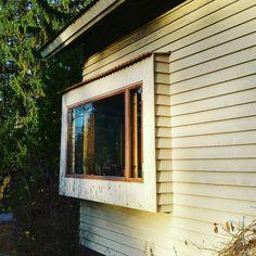 1950-luvun pientalojen arkkitehtuuri on vähäeleistä. Rintamamiestalojen yksinkertaisen kauniin julkisivun tunnistavat kaikki mutta eipä tuon vuosikymmenen arkkitehtiluomuksissakaan yleensä lähdetty paukuttelemaan henkseleitä. Yksi aikakauden rohkeammista detaljeista on rungosta ulkoneva yleensä olohuoneen kulmaan sijoittuva erkkeri-ikkuna. Tässä esimerkkitapaus omine pienine tiililippoineen ja siskonponttipaneeleineen. #fiftari #1950s #erkkeri #rakennusperintö #byggnadsvård #rintamamiestalo…