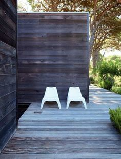 Gorgeous decking and siding.  Photo : Ariadna Bufi.  Nice little peekaboo around the corner.  Exciting.