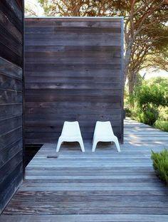 Gorgeous decking and siding.  Photo : Ariadna Bufi