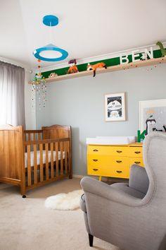Quarto do bebê - berço de madeira e cômoda amarela como no quarto do Martín. gostei desta prateleira no alto.