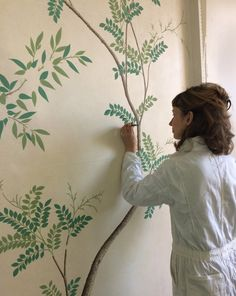 The breathtaking Chinese wallpaper at Pitzhanger Manor was hand-painted from scratch by a team of three artists in the winter of 2018 and is now open to the public. Alasdair Peebles, Nicky Pasterfield and Rachel Spelling spent six months on-site recreating the wallpaper. There are literally thousands of leaves in the wallpaper, and each one was painted by hand using the painstaking Chinoiserie three-stage method. Chinese Wallpaper, Chinoiserie Wallpaper, World Of Interiors, Great Friends, Hand Painted, Studio, Spelling, Projects, Painting