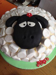Schaf-Torte Vanillebuttercreme in hellem Biskuit mit dunklem Biskuitkopf und Marshmallow-Kleid