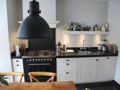 jaren-30 keuken inclusief boretti fornuis en belgisch hardsteen werkblad.