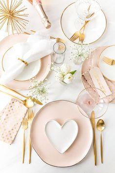 Fazer um prato de aperitivo ou até o serviço em forma de coração e com textura de coração de Viana Place Settings, Pink Table Settings, Lunch Table Settings, Pastel Home, Pastel Pink, Pink Purple, Blush Pink, Pink White, Valentines Day Tablescapes